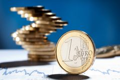 Moeda do Euro com uma pilha de moedas no fundo Foto de Stock Royalty Free
