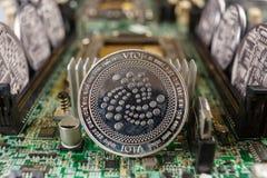 Moeda do IOTA em um circuito da tecnologia imagens de stock royalty free