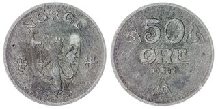 50 moeda do minério 1942 isolada no fundo branco, Noruega Foto de Stock