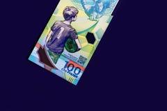 Moeda do russo, cem rublos nova em um fundo escuro Imagem de Stock Royalty Free