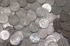 Moeda do russo cinco rublos em grandes quantidades no fundo das moedas imagens de stock