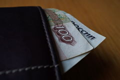Moeda do russo dos rublos de russo, cédula da RUB que pendura através de uma carteira de couro Fotografia de Stock Royalty Free