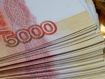 Moeda do russo para 5000 rublos em um fundo do ouro Fotografia de Stock