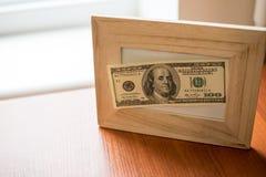 Moeda dos EUA Dólares Dinheiro do Estados Unidos Bils na tabela de madeira imagens de stock