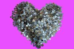 Moeda dos lotes do baht tailandês arranjada na forma do coração sobre com textura preta do fundo, investimento e conceito de salv imagem de stock