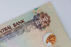A moeda dos UAE - feche acima da nota de mil dirhams em um fundo branco Troca de dinheiro imagem de stock