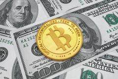 Moeda dourada de Bitcoin sobre contas de dinheiro do dólar rendição 3d Fotografia de Stock Royalty Free