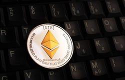 Moeda dourada de Ethereum ETH sobre o teclado preto foto de stock royalty free
