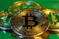 Moeda dourada física do bitcoin de Cryptocurrency no backgrou colorido Fotografia de Stock