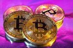 Moeda dourada física do bitcoin de Cryptocurrency no backgrou colorido Foto de Stock Royalty Free