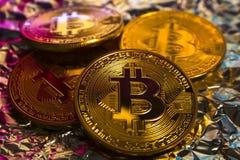 Moeda dourada física do bitcoin de Cryptocurrency no backgrou colorido Fotos de Stock Royalty Free