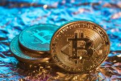 Moeda dourada física do bitcoin de Cryptocurrency no backgrou colorido Imagens de Stock