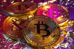 Moeda dourada física do bitcoin de Cryptocurrency no fundo colorido Fotografia de Stock Royalty Free