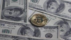 A moeda e as notas de dólar de Bitcoin gerenciem em um fundo branco Bitcoin do crescimento e da taxa de câmbio O custo do bitcoin vídeos de arquivo