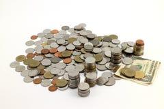 A moeda e a cédula mantêm-se para o futuro no fundo branco imagens de stock royalty free