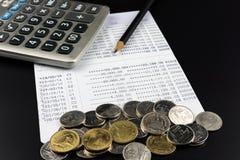 A moeda e e a calculadora na operação bancária esclarecem a finança do negócio Fotos de Stock