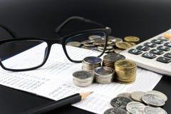 A moeda e e a calculadora na operação bancária esclarecem a finança do negócio Fotografia de Stock Royalty Free