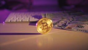 Moeda e dólares dourados do bitcoin do dinheiro virtual novo em um teclado branco Cryptocurrency Negócio e conceito de troca filme