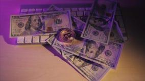 Moeda e dólares dourados do bitcoin do dinheiro virtual novo em um teclado branco Cryptocurrency Negócio e conceito de troca video estoque