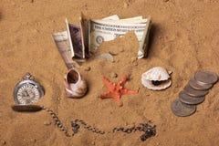 A moeda e os shell e o mar são as melhores férias foto de stock royalty free
