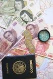 Moeda e passaporte Imagens de Stock