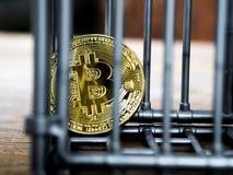A moeda está na cor cinzenta do entalhe posta sobre uma tabela de madeira O conceito do investimento e flutuação do bitcoin e do  imagens de stock royalty free