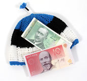 Moeda estónia no chapéu estónio imagens de stock royalty free