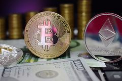 Moeda física Bitcoin dourado BTC e Etherum ETH em cédulas Euro e dólar americano Fundo de moedas de ouro imagens de stock royalty free