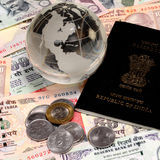 Moeda indiana com passaporte e ouro Fotos de Stock