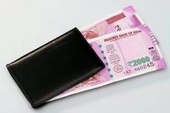 Moeda indiana nova de 2000 notas da rupia na bolsa do dinheiro Imagens de Stock