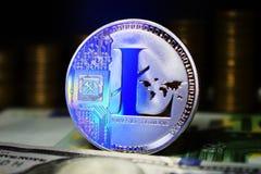 Moeda Litecoin f?sico LTC, fundo da c?dula e das moedas douradas fotografia de stock royalty free