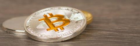 Moeda metálica de prata do bitcoin na tabela de madeira imagens de stock royalty free