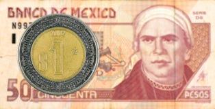 1 moeda mexigan do peso contra a cédula do peso 50 mexicano fotos de stock royalty free