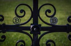 Moeda mordida plástica preta na cerca velha oxidada de aço em um sol foto de stock royalty free