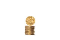 moeda que está na pilha da borda de moedas Imagem de Stock