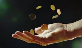 moeda que flutua disponível no fundo preto Fotografia de Stock Royalty Free
