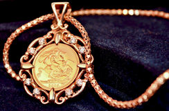 Moeda soberana do ouro como o pendente da joia da mulher Fotos de Stock Royalty Free