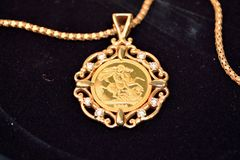 Moeda soberana do ouro como o pendente da joia da mulher Foto de Stock Royalty Free