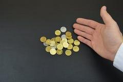 Moedas à disposição Moedas de bronze na mão do ` s do homem Imagem de Stock Royalty Free