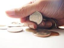 Moedas à disposição, punhado, dinheiro do baht tailandês Fotografia de Stock Royalty Free