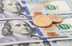 Moedas americanas do dólar sobre cédulas Imagens de Stock
