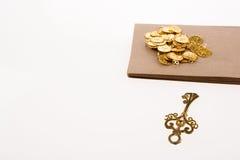 Moedas, chave e caixa de ouro falsificadas Fotografia de Stock Royalty Free