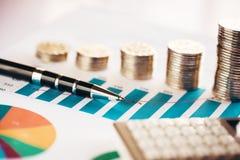 Moedas com carta financeira Fotografia de Stock Royalty Free