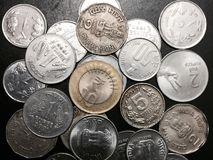 Moedas da moeda da rupia indiana foto de stock royalty free