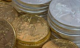 Moedas da prata e de ouro Fotografia de Stock Royalty Free