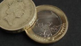 Moedas das moedas e do Euro de libra com tiro macro video estoque