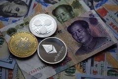 Moedas de Bitcoin, de ondinha, de Ethereum no chinês Yuan e cédulas do dólar americano foto de stock
