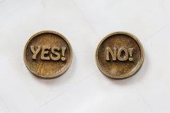 Moedas de bronze do metal sim ou não Invente para fazem a escolha No fundo branco Tomada de decisão fotografia de stock royalty free