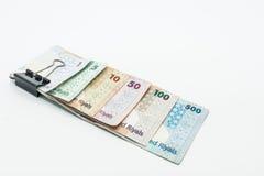 Moedas de Catar cem Riyal, cinco cem riyal, cem riyal, cinqüênta riyal, dez riyal, cinco riyal e um riyal Foto de Stock