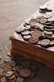 Moedas de cobre antigas no livro velho Foto de Stock